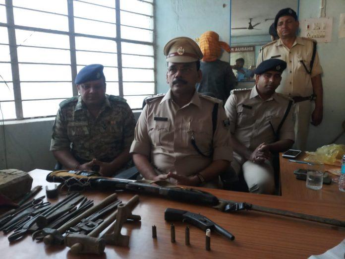गिरफ्तार नक्सली के घर से बरामद हथियार