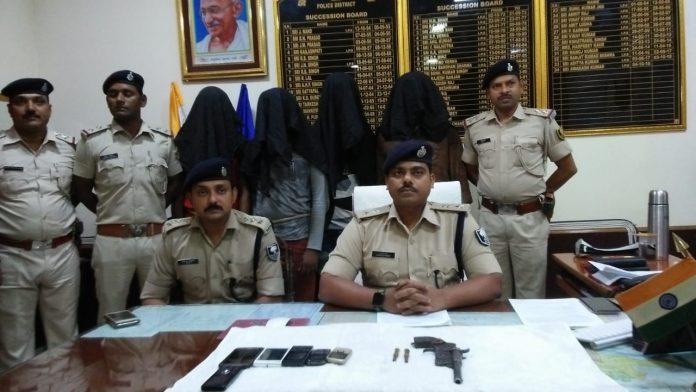 गिरफ्तार अपराधियों व बरामद हथियार के बारे में मीडिया को जानकारी देते बेगूसराय के एसपी अवकाश कुमार