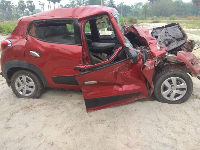 ट्रक से टकरा कर दुर्घटनाग्रस्त हुई कार