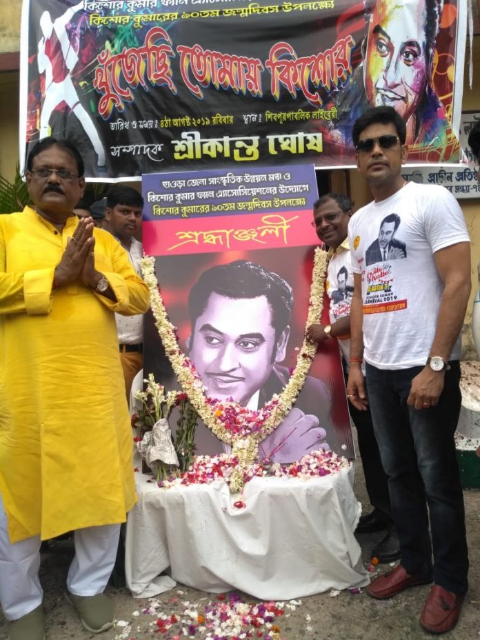 संस्था के अध्यक्ष लक्ष्मी रतन शुक्ला साथ में सचिव श्रीकांत घोष