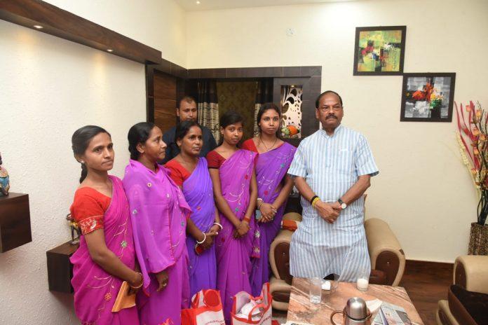 पाकुड़ में सखी मंडल की सदस्यों से मिले मुख्यमंत्री रघुवर दास, कहा- आपकी भूमिका राज्य के विकास में अहम है। आप बहनें आदिवासी गांव की महिलाओं को विकास के लिए जागरूक करें