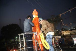 दुमका में हेमंत सोरेन ने विवेकानंद की प्रतिमा पर फूल चढ़ाये