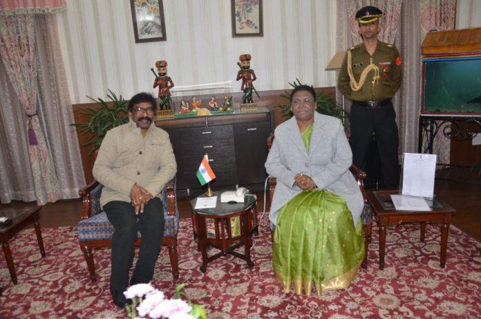 मुख्यमंत्री हेमंत सोरेन ने राज्यपाल से मिल कर शुक्रवार को हेने वाले मंत्रियों के शपथ ग्रहण समारोह को टानने का आग्रह किया