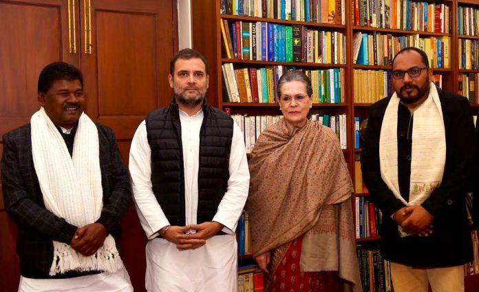दिल्ली में सोनिया-राहुल की मौजूदगी में झाविमो के टिकट पर जीते विधायक प्रदीप यादव व बंधु तिर्की ने कांग्रेस का दामन थामा