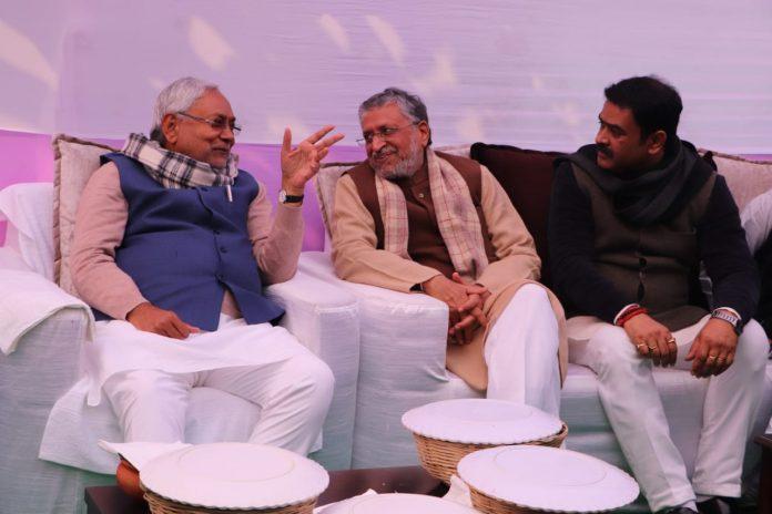 दही-चूड़ा भोज में मुख्यमंत्री नीतीश कुमार के साथ डिप्टी सीएम सुशील मोदी