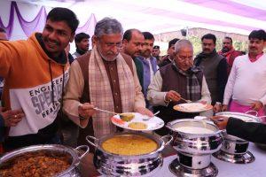 भाजपा के सचेतक रजनीश के आवास पर दही-चूड़ा भोज का आयोजन हुआ