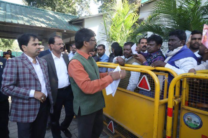जनता की समस्याएं सुनते झारखंड के मुख्यमंत्री हेमंत सोरेन
