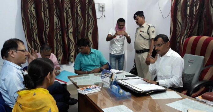 मास्क लगाए बिना नवादा के DM यशपाल मीणा ने बैठक की। यह केंद्रीय गृह मंत्रालय और बिहार सरकार के निर्देशों का सरासर उल्लंघन है।