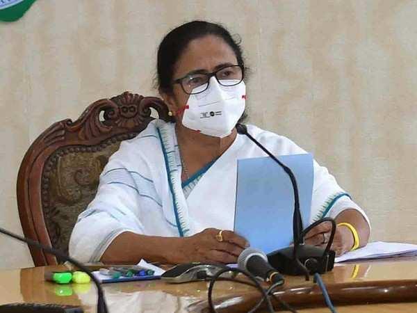 ममता बनर्जी ने पीएम नरेंद्र मोदी से कहा है- मैं आपके पांव पकड़ लूंगी, लेकिन बंगाल को बख्श दीजिए। केंद्र सरकार उनके साथ बदले की कार्रवाई कर रही है।
