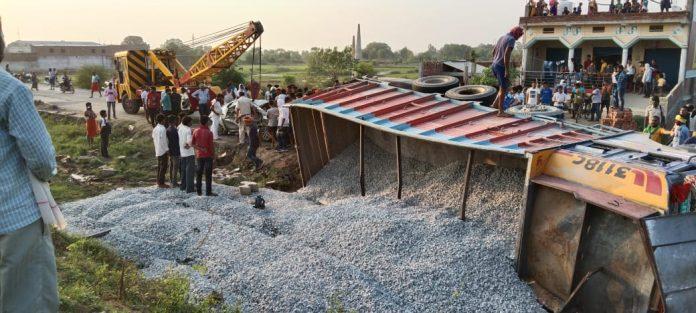 ट्रक और कार की टक्कर में 3 लोगों की मौत हो गयी। एक के घायल होने की सूचना है। घटना कैमूर जिले के खामी दौरा के पास NH 2 पर हुई।