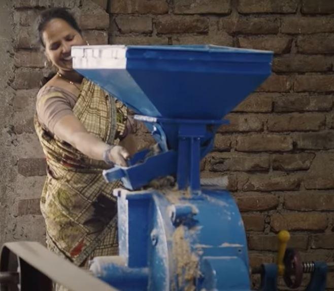 झारखंड में ग्रामीण अर्थव्यवस्था का रथ राज्य की डेढ़ लाख उद्यमी महिलाएं खींच रही हैं। झारखंड के सीएम हेमन्त सोरेन के विजन को इससे बल मिल रहा है।