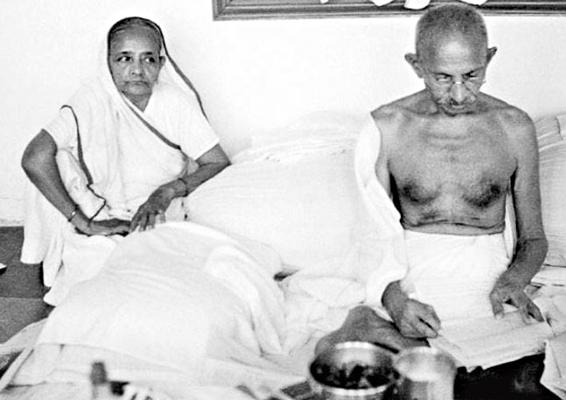 गांधी के बारे में सभी बात करते हैं। उनके गुणों का बखान करते हैं। पर, गांधी के निर्माण में उनकी अर्धांगिनी कस्तूर बाई के त्याग, सांाजिक आंदोलनों में सहभागिता भूल जाते हैं।